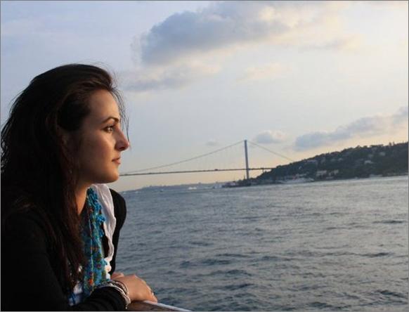 Frau mit Blick auf Meer