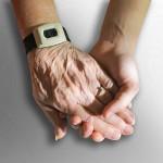 junge Hand hält ältere Hand
