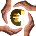 Euro Zeichen umgeben von schützenden Händen