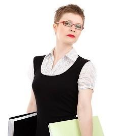 Frau mit Briller und Ordnern