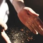 klatschende Hände mit Sand