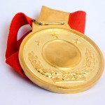 goldene Medaille mit rotem Band