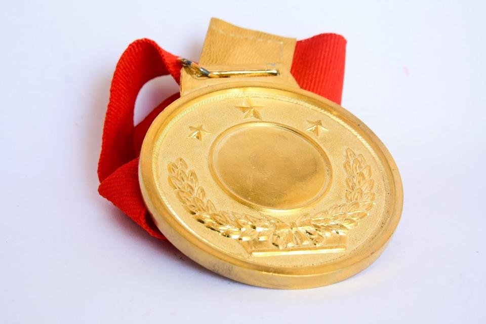 goldene Medaille mit rotem Band