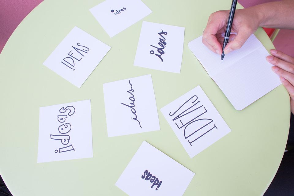 Viele Zettel mit Schriftzug Ideas