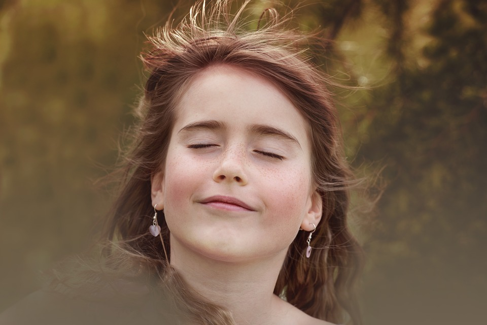 Frau entspannt wehende Haare