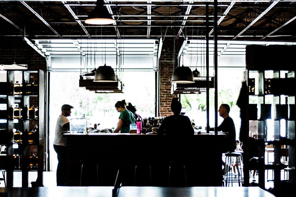 Bar im Industriedesign mit Gästen
