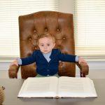 Kleinkind auf Chefsessel