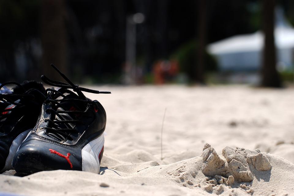 Sportschuhe im Sand