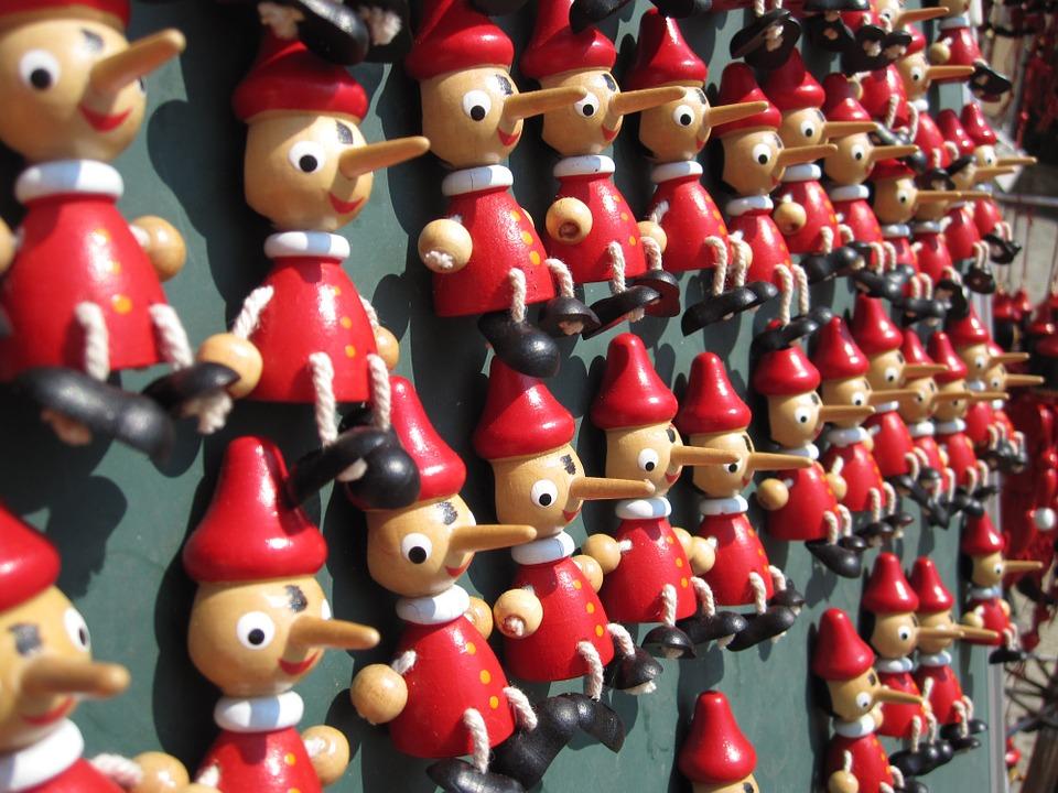 kleine Pinocchios an Wand