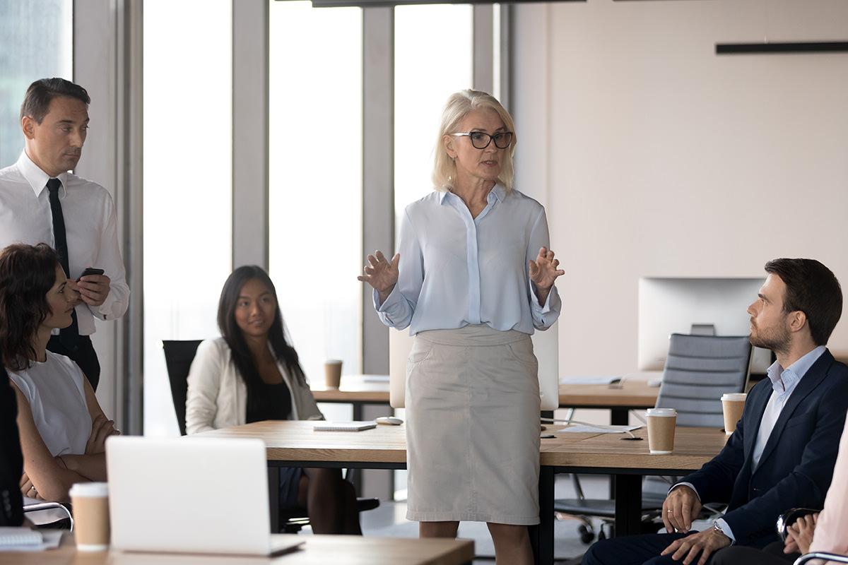 Weibliche Führungskraft vor ihrem Team