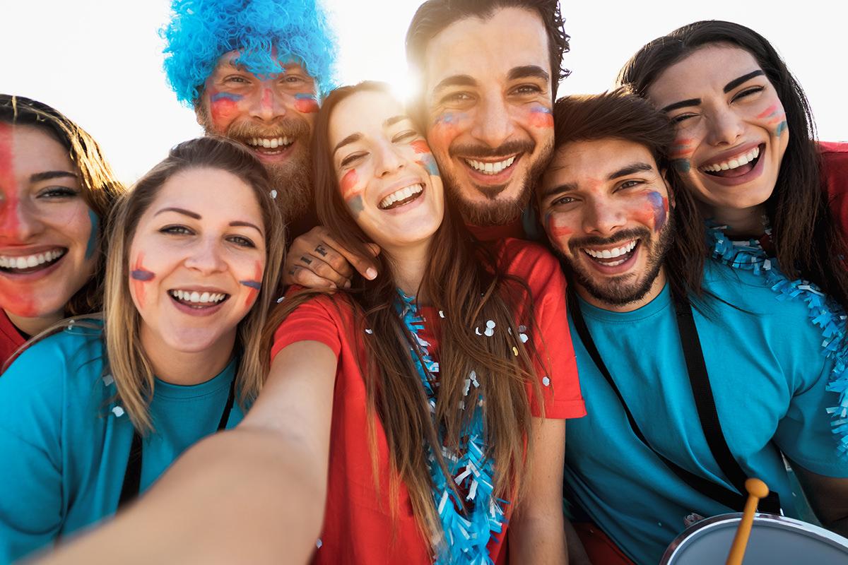 Selfie von einer Gruppe fröhlicher, junger Menschen