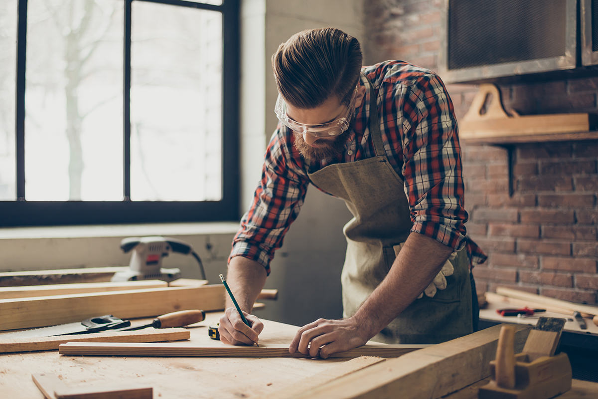 Mann beim Heimwerken/Bastelarbeiten mit Holz